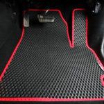 sarkani ar melnu auto paklāji